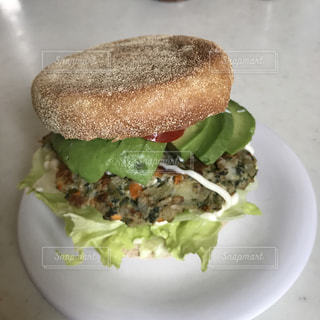 近くの皿にサンドイッチをの写真・画像素材[710787]
