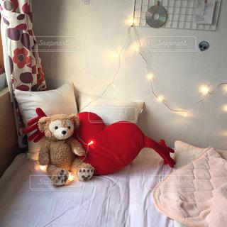 ベッドの上に座っているテディー ・ ベアのグループの写真・画像素材[711602]