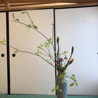 テーブルの上の花の花瓶の写真・画像素材[711603]