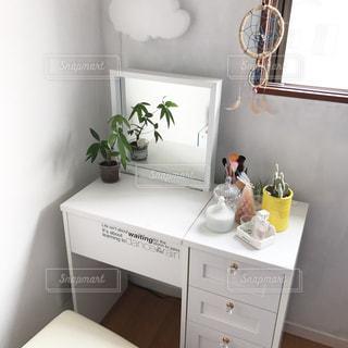 洗面台と鏡付きのバスルームの写真・画像素材[711606]