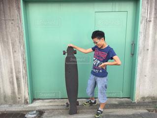 建物の前に立っている少年 - No.713510