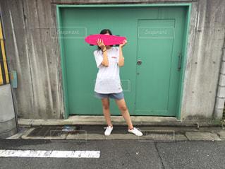 建物の前に立っている女性の写真・画像素材[713515]