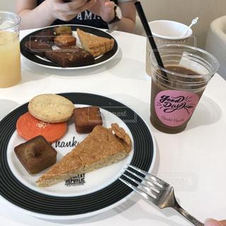 テーブルの上に食べ物のプレートの写真・画像素材[742626]