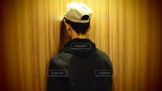 カメラにポーズ鏡の前に立っている男の写真・画像素材[752798]