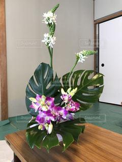テーブルの上の紫色の花一杯の花瓶の写真・画像素材[788455]