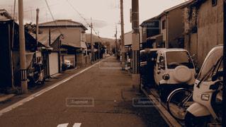 都市通りで自転車を乗る人の写真・画像素材[825212]