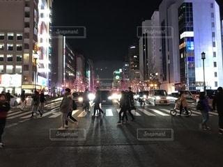 街の通りを歩いている人のグループの写真・画像素材[932348]