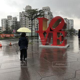人が傘を持って雨の中を歩いての写真・画像素材[994636]
