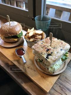 半分に切って、木製のテーブルの上に座ってサンドイッチの写真・画像素材[994638]