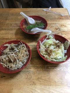 木製のテーブルの上に食べ物のプレートの写真・画像素材[994643]