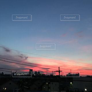 街に沈む夕日の写真・画像素材[1377372]