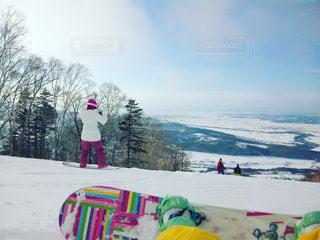 雪のボードに乗る人の写真・画像素材[710540]