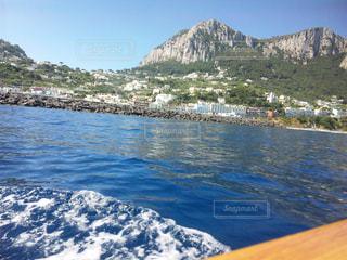 背景の山と水体 - No.710544