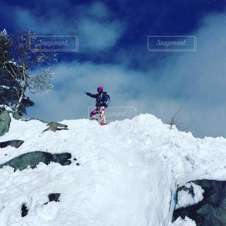 雪をスノーボードに乗る男覆われた斜面 - No.710590