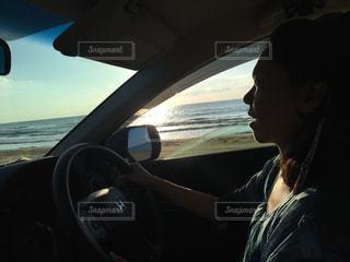 車を運転する人 - No.710609