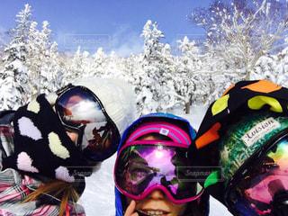雪の中に立っている人々 のグループ - No.710610