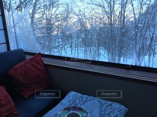 ウィンドウの横に座っている大きなベッド - No.710616