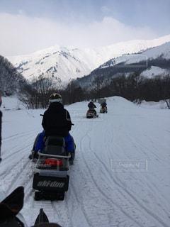 雪に覆われた山をスキーに乗っている人のグループ - No.710617