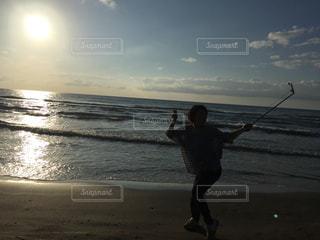 自撮り棒で騒ぐ浜辺 - No.852106