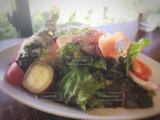 近くに食べ物のプレートのアップの写真・画像素材[1009764]