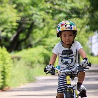 ヘルメットを身に着けている男の子の写真・画像素材[710569]