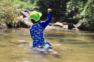 水の体のサーフィン ボードに乗る人の写真・画像素材[710627]