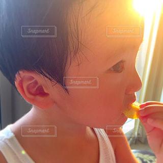 いくつかの料理を食べている女の子の写真・画像素材[720014]