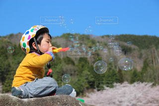 地面に座っている小さな男の子の写真・画像素材[720464]