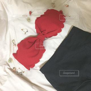 赤い毛布付きベッドの写真・画像素材[710572]