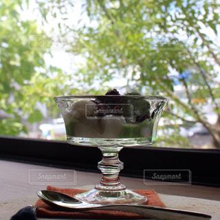 テーブル ワインのグラスの写真・画像素材[710833]