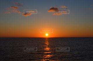 水の体に沈む夕日の写真・画像素材[710710]