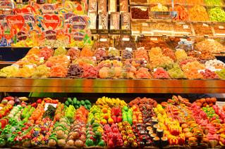 近くに店でディスプレイ上のいろいろな野菜のの写真・画像素材[710757]