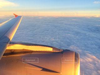 近くに日没で飛行機のの写真・画像素材[710951]