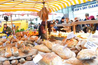 店の人々 のグループは食べ物がたくさんでいっぱいの写真・画像素材[712738]