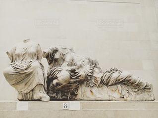 羊、建物の上に立っての群れの写真・画像素材[712913]