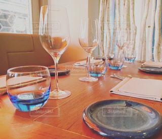ワイングラスとテーブルに座っている人のグループの写真・画像素材[714274]