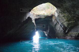 近くに水のプールに大きな岩のアップの写真・画像素材[714525]