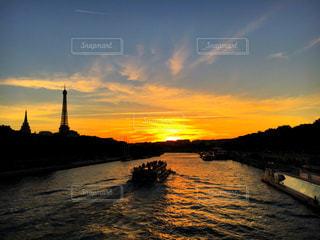 水の体に沈む夕日の写真・画像素材[714628]