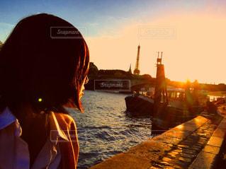 日没の前に立っている人の写真・画像素材[714630]