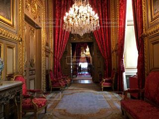 部屋に大きな赤い椅子の写真・画像素材[714632]