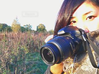 カメラを持って女性の写真・画像素材[714640]