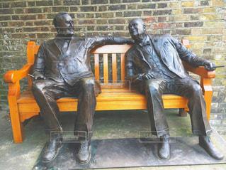 ベンチに座っている男の像 - No.716705
