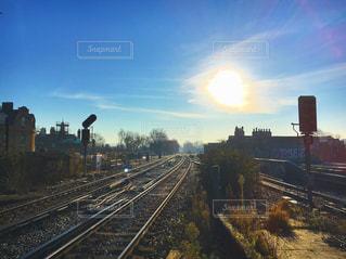 鋼のトラックに大きな長い列車の写真・画像素材[716841]