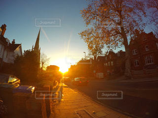 街に沈む夕日の写真・画像素材[716845]