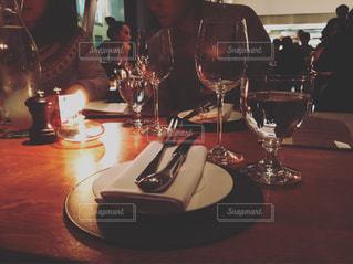 ワイングラスとテーブルに座っている人のグループの写真・画像素材[717354]