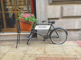 れんが造りの建物の前に自転車止めてください。の写真・画像素材[717362]