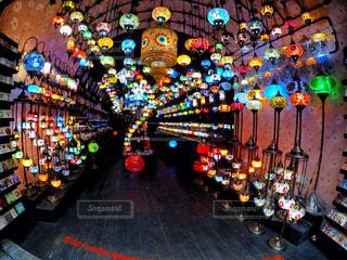 カラフルなライトの多くに満ちてストアの写真・画像素材[718687]