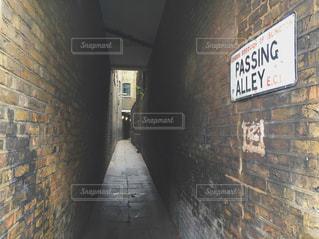 れんが造りの建物の側面にある記号の写真・画像素材[720877]