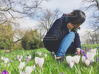 花を持っている人の写真・画像素材[722894]