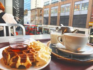 食品やコーヒー テーブルの上のカップのプレートの写真・画像素材[724658]